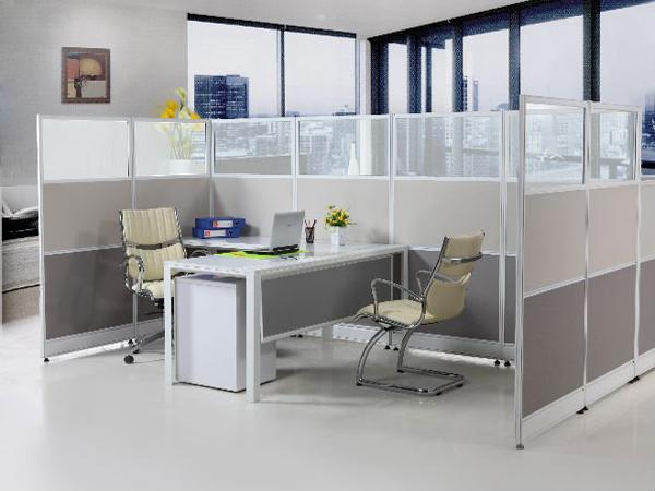 Kích thước của vách ngăn sao cho hài hòa với kích thước của trần nhà và bàn làm việc