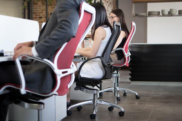 Ghế xoay văn phòng nhân viên có kiểu dáng, màu sắc phù hợp sẽ giúp không gian thêm sinh động