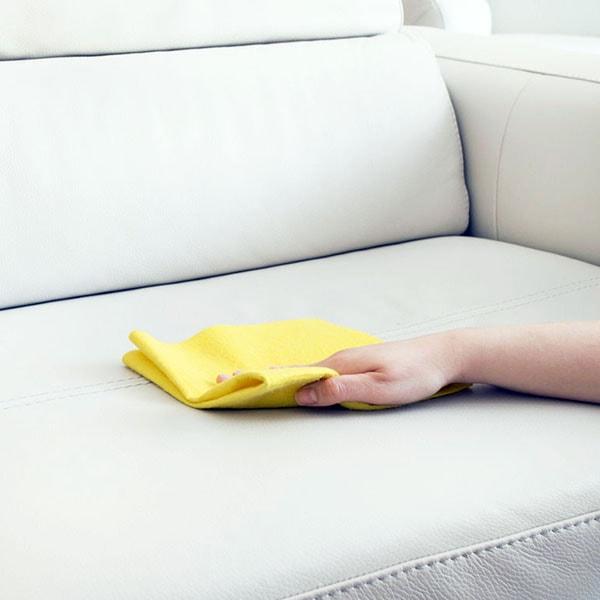 Cách làm sạch dầu mỡ dính trên sofa da