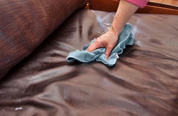 cách tẩy vết mốc trên ghế sofa da