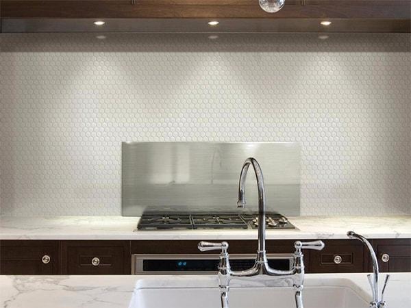 Trang trí nhà bếp bằng bức tường đầy gạch