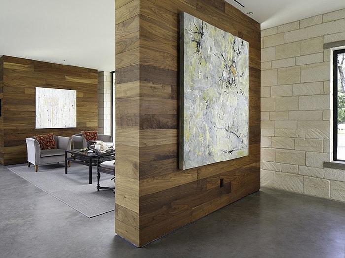 Bức tường hình khối bằng gỗ được trang trí bởi bức tranh nghệ thuật tạo không gian tinh tế