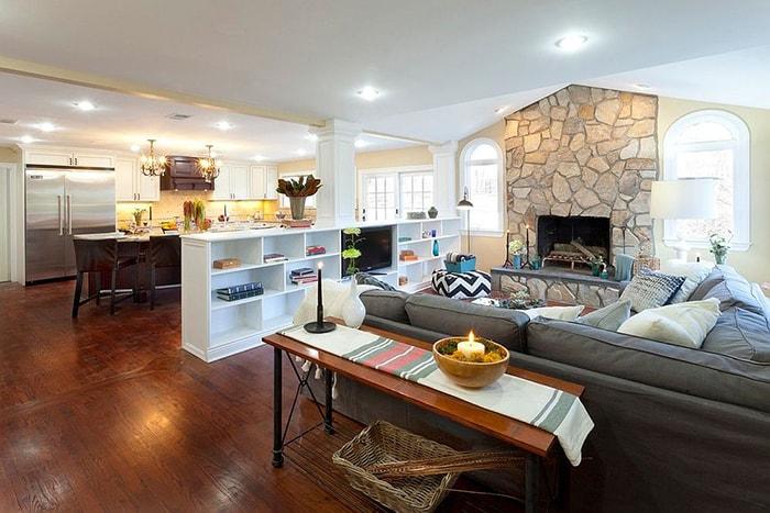 Phân chia phòng khách và phòng bếp bằng một kệ gỗ nhỏ. Trông ngôi nhà thoáng đãng hơn rất nhiều
