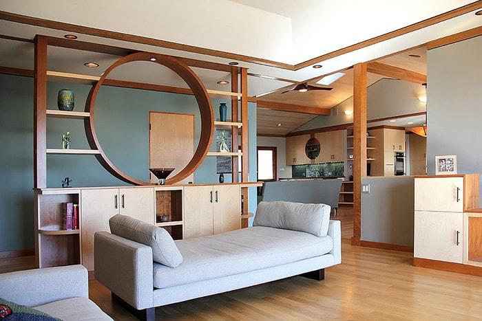Một kệ gỗ cách điệu cao được sử dụng trong trường hợp này đem lại cái nhìn mới mẻ cho ngôi nhà