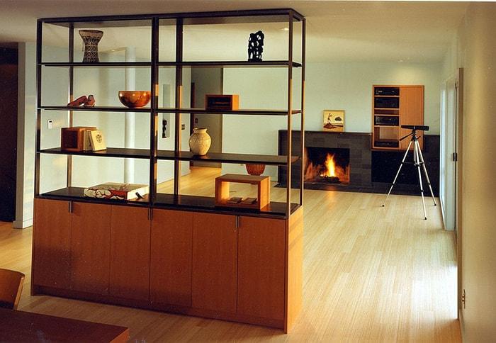 Tủ và kệ sách trở thành vách ngăn tốt nhất kèm theo đó là chức năng trang trí, cách điệu cho phòng khách